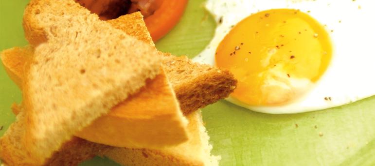 Појадок со јајца и леб на парчиња