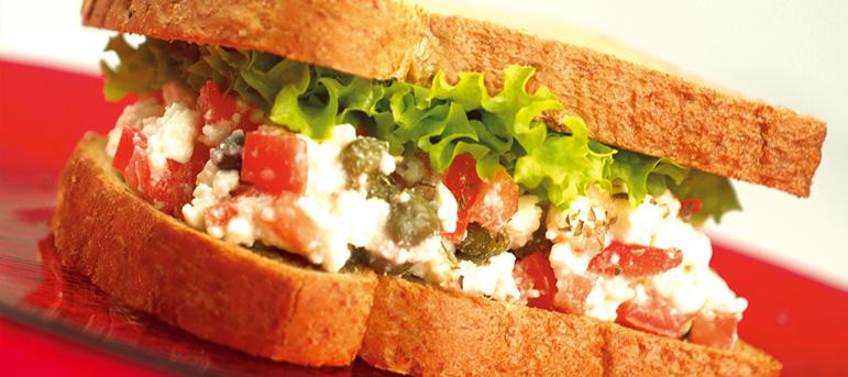 Сендвич со домати, оригано, копар и фета