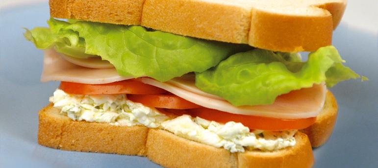 Сендвич со крем-сирење, месо од мисирка и марула