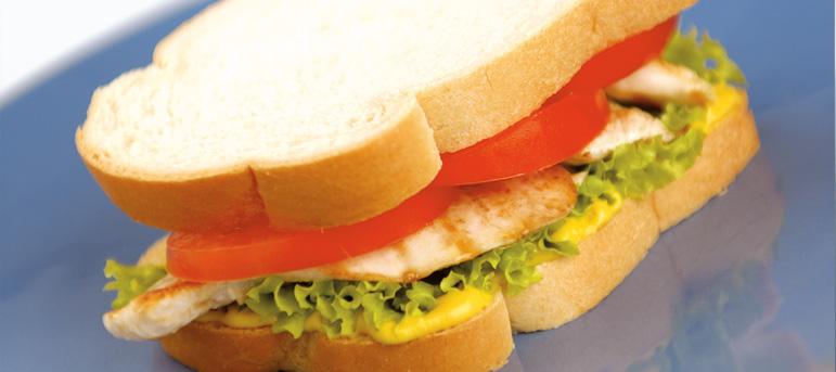 Сендвич со пилешко филе и сенф